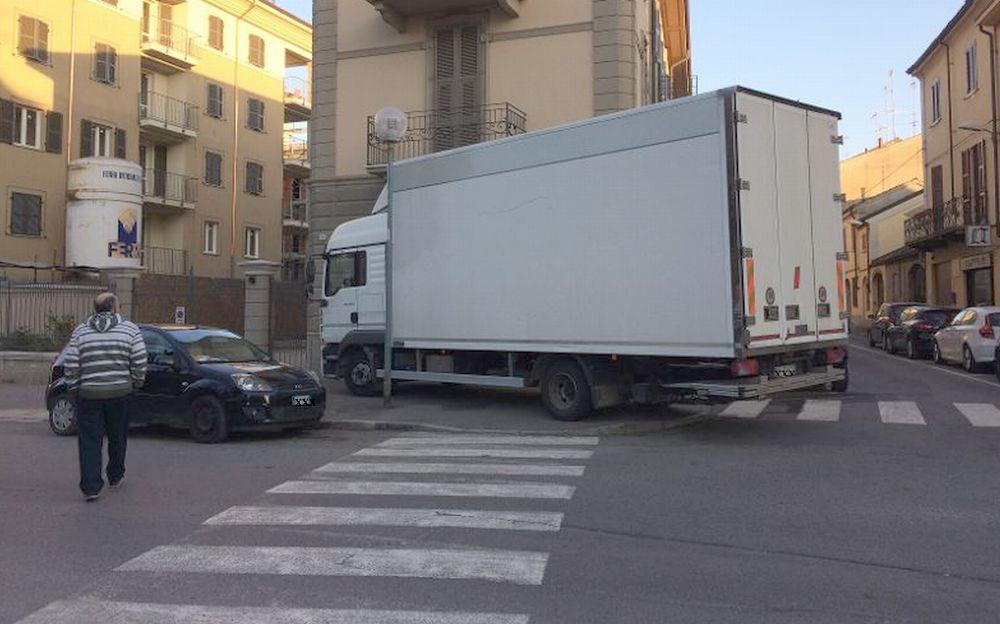 Il nuovo modo di parcheggiare i camion a Tortona….