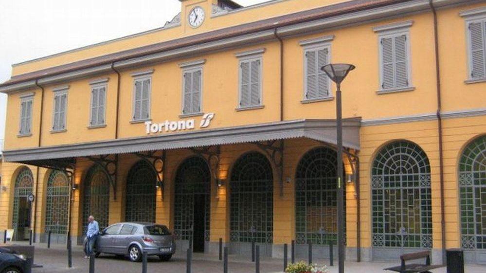 Brutale aggressione a Tortona: due giovani tortonesi picchiati e rapinati da tre immigrati nei pressi della stazione