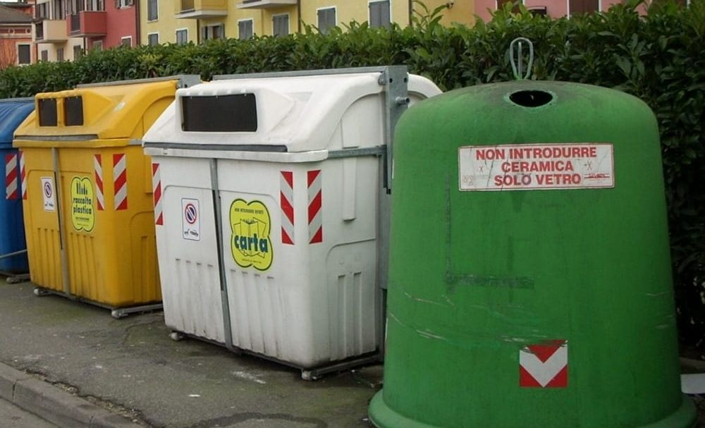 La spazzatura viene raccolta, i bidoni svuotati, ma gli uffici di Gestione Ambiente sono aperti solo per necessità