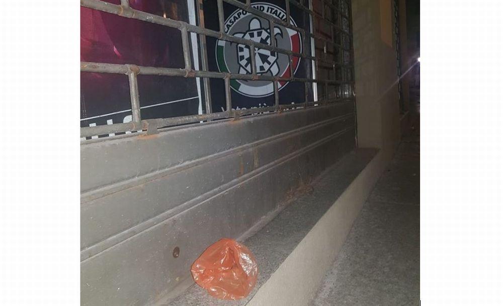 Depositato un sacco di merda di fronte alla sede di Casapound a Tortona