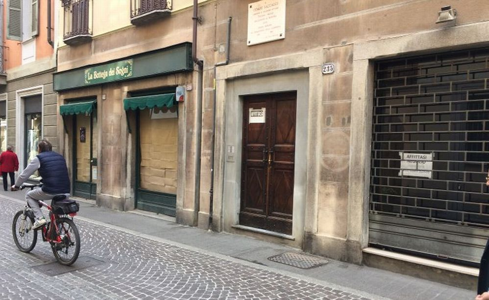 Commercio a Tortona sempre più in ginocchio: 5 negozi sfitti all'inizio dell'isola pedonale nel centro culturale cittadino