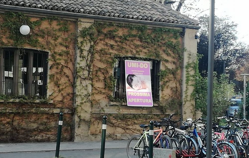 Tortona, al posto del fiorista un Centro massaggi: la gente prende d'assalto il negozio per avere sconti, ma era un pesce d'aprile