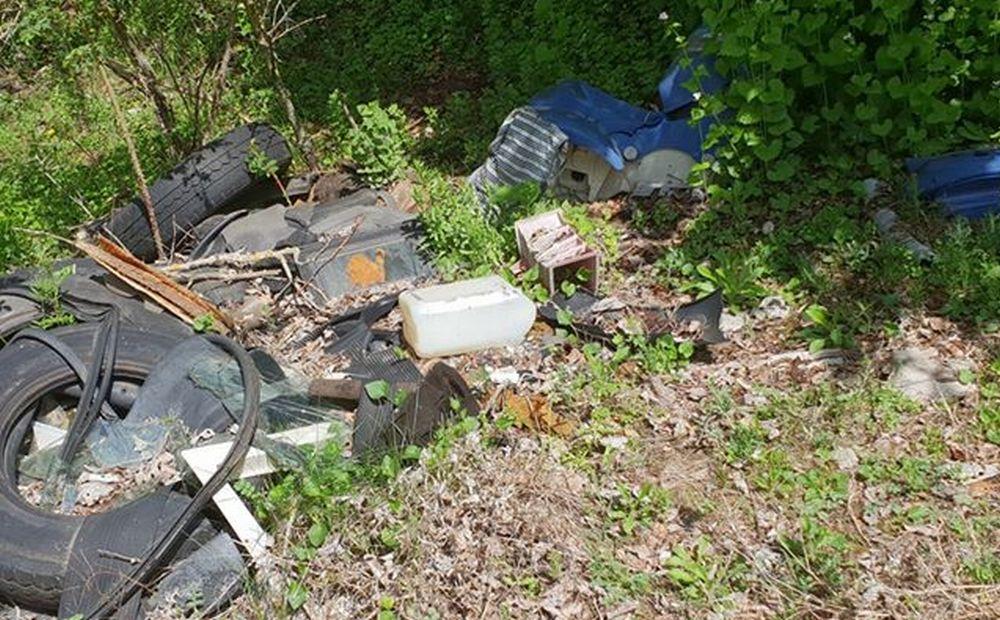 Le immagini dei rifiuti abbandonati al Parco dello Scrivia di Carbonara. Il comune avvisato già due volte