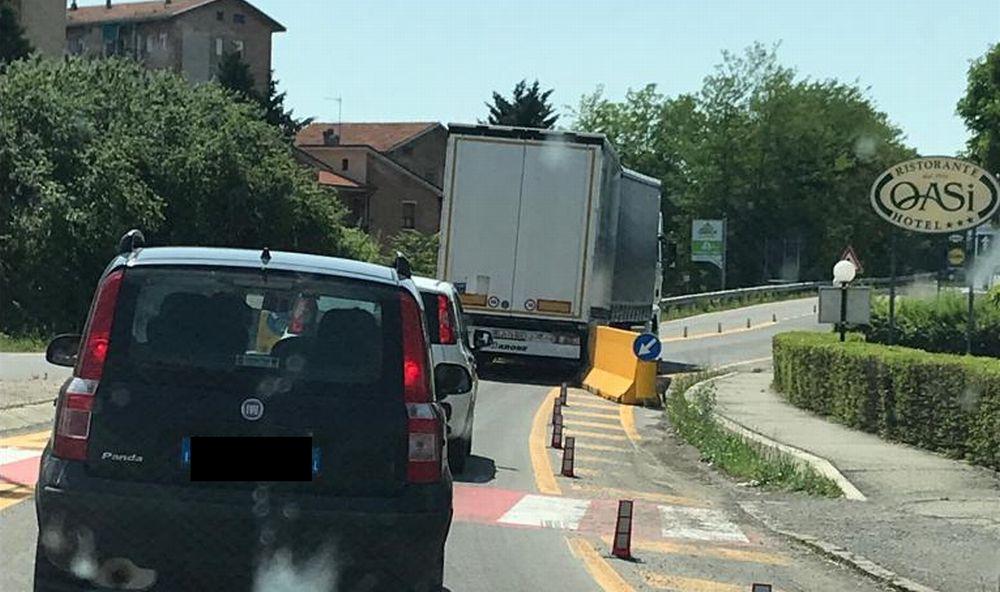 A Tortona ecco l'ennesimo camion che forza le barriere e passa sul viadotto a rischio. E' straniero e si può fare poco
