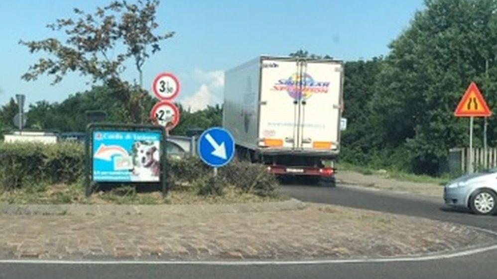 Brillante azione dei Vigili urbani di Tortona che sotto il temporale bloccano due camion che passavano sul cavalcavia interdetto