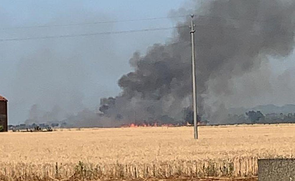 Un maxi incendio alla periferia di Tortona manda in fumo 8 ettari di grano. Le immagini