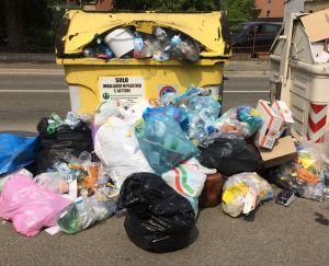 Cassonetti dei rifiuti non svuotati a Tortona, Gestione Ambiente spiega il motivo e si scusa