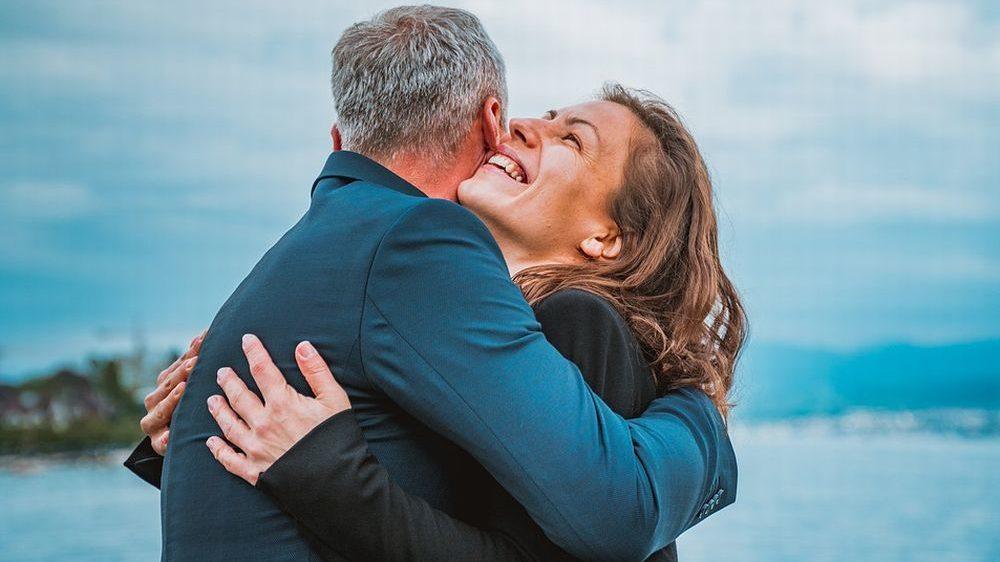 Giovane rumena abbraccia un pensionato e gli ruba il rolex nel casalese