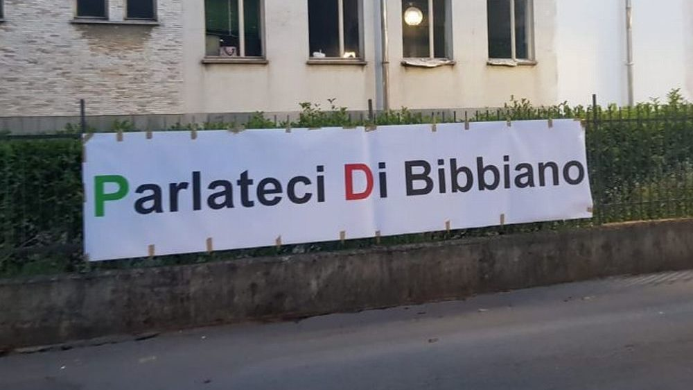 Anche a Tortona spuntano striscioni che chiedono notizie su Bibbiano e cos'è successo a quei bambini