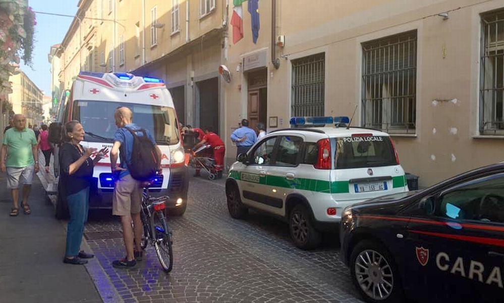 A 30 gradi viaggia in bicicletta nel centro di Tortona con sciarpa e cappello e poi accusa un malore
