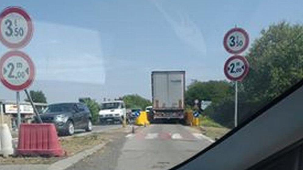 Nuovo camion che forza il blocco a Tortona e transita sul cavalcavia coi piloni consumati