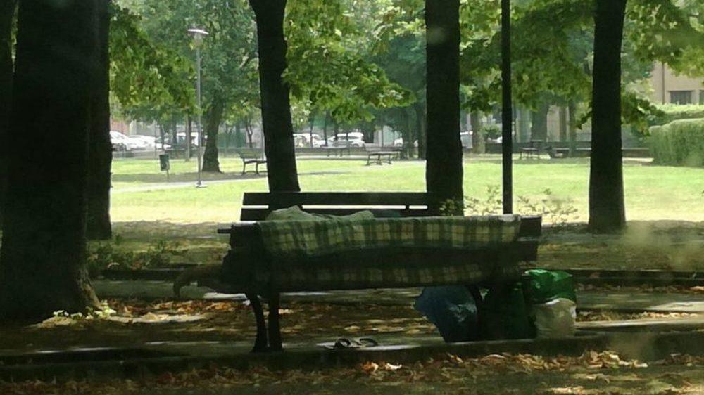 A Tortona la panchina dei giardini diventa la casa di un clochard