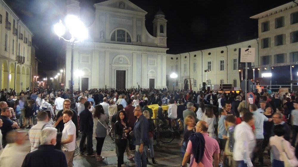 Una marea di gente a Tortona per lo strepitoso successo della Notte Bianca. Le prime immagini