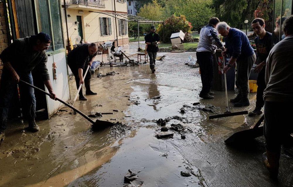 I giovani di Azione Tortona spalano fango gratis per aiutare la gente, chapeau!
