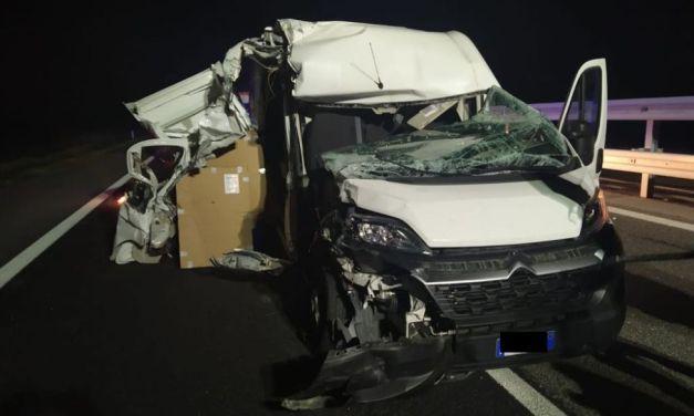 Alla periferia di Tortona questo furgone si schianta contro un camion e l'autista  esce praticamente illeso