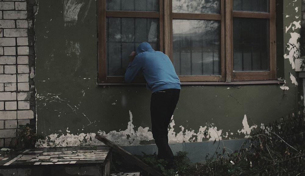 A Tortona i ladri entrano in una villa in pieno giorno e svaligiano la cassaforte incuranti della presenza dei vicini