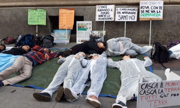 Gli studenti di Alessandria hanno protestato per il clima in questo modo