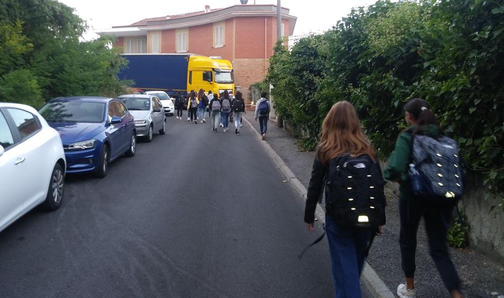Un Tir si incasina davanti al liceo Peano di Tortona, provocando disagi agli studenti. Era meglio con le cartine stradali?