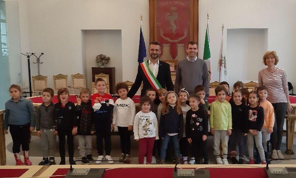 I bambini della scuola materna 'Mary Poppins' di Tortona in municipio per conoscere la città