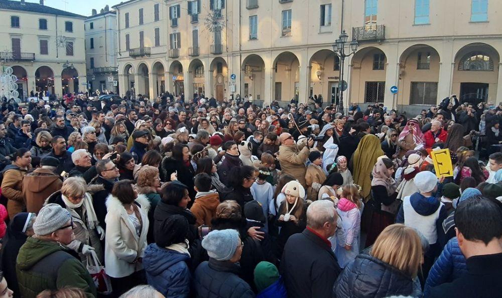 Una marea di gente alla benedizione dei bambini a Tortona