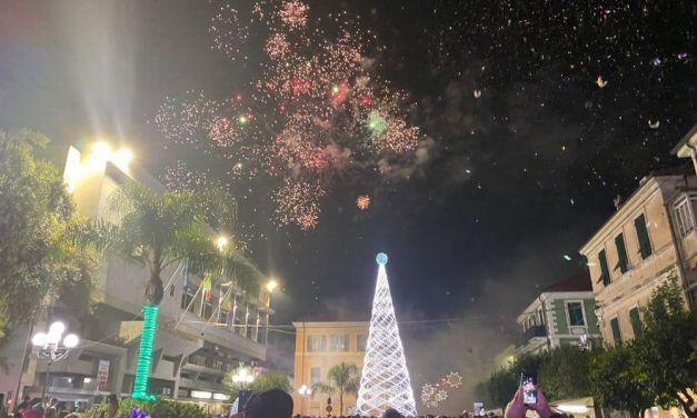 Fuochi artificiali e musica per il Capodanno in piazza a Diano Marina