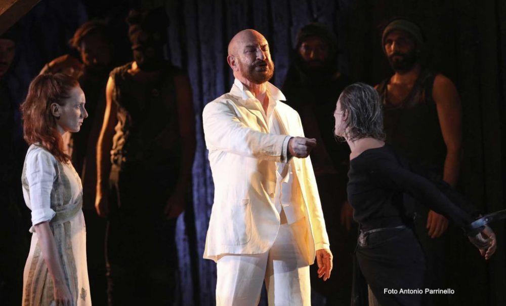 """Al Teatro Civico di Tortona la commedia """"Antigone"""" di Sofocle con Sebastiano Lo Monaco"""