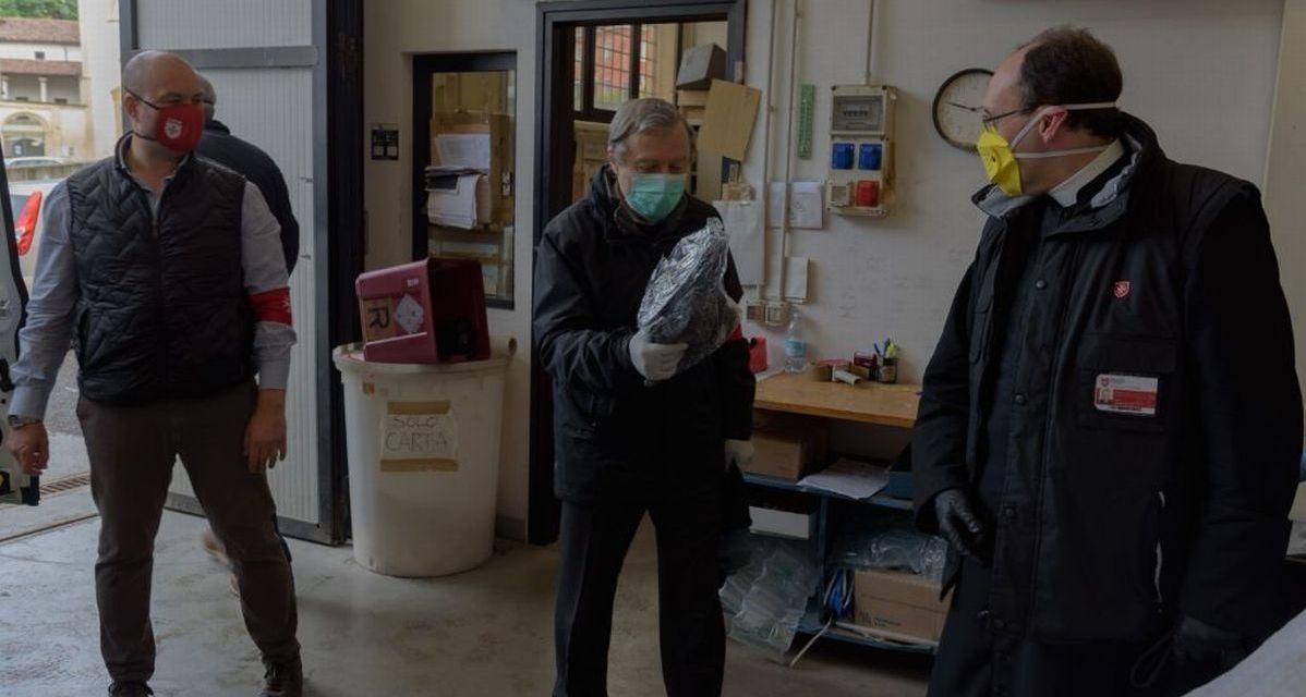 L'ordine di Malta di Viguzzolo distribuisce calze sequestrate dalla Finanza ai degenti dell'ospedale