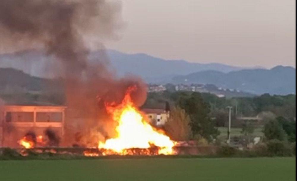 Grosso incendio a un deposito alla periferia di Tortona: 5 squadre dei pompieri all'opera. Doloso? Le immagini
