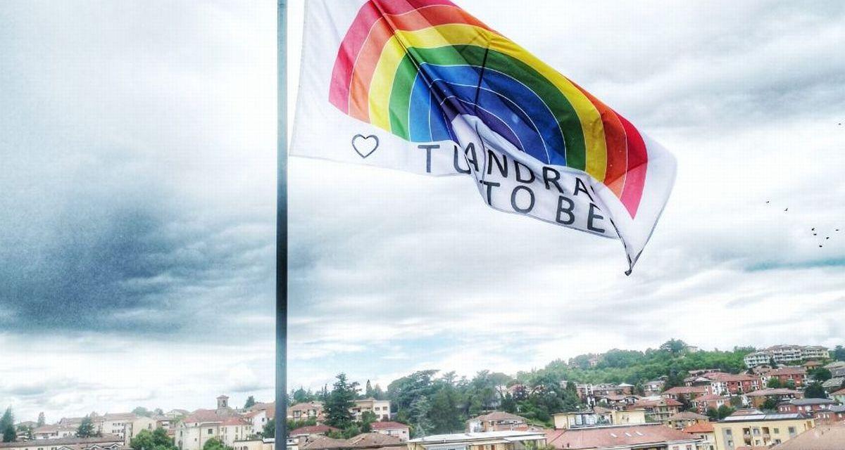 Una grande bandiera #andràtuttobene solca i cieli di Acqui Terme