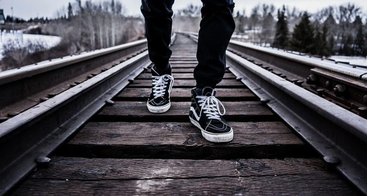 Decide di farla finita e sceglie un modo straziante: gettandosi sotto un treno fra Tortona e Pontecurone