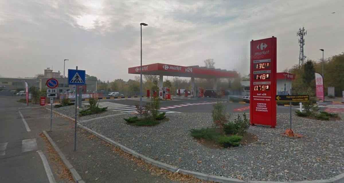A Tortona i ladri rubano una ruspa e poi sradicano le colonnine coi soldi di questo distributore di benzina