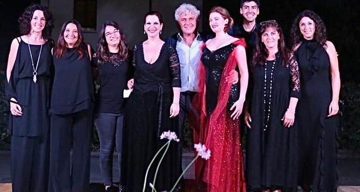 Grande partecipazione a Sarezzano per il concerto di tanti artisti dedicato ad Aldo Raccone. Le immagini