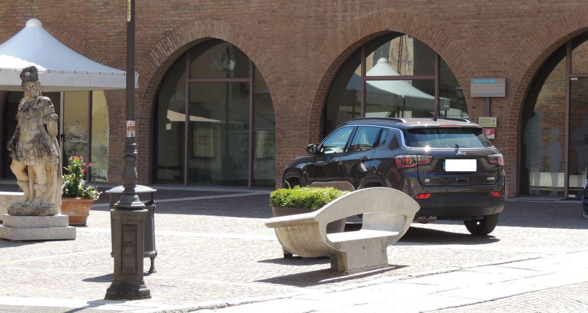 L'altra faccia di Tortona/2: il nuovo modo di parcheggiare la domenica anche se la sosta è gratis dappertutto