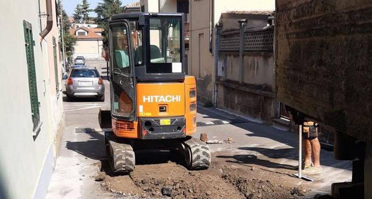 """Brillante intervento a Tortona: per evitare di chiudere l'acqua nel quartiere gli operai lavorano """"a bagno"""" e nel fango"""