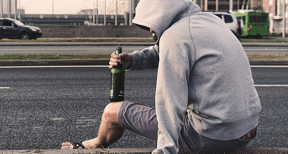 A Novi Ligure, in pieno pomeriggio, uno straniero ubriaco crea problemi di ordine pubblico