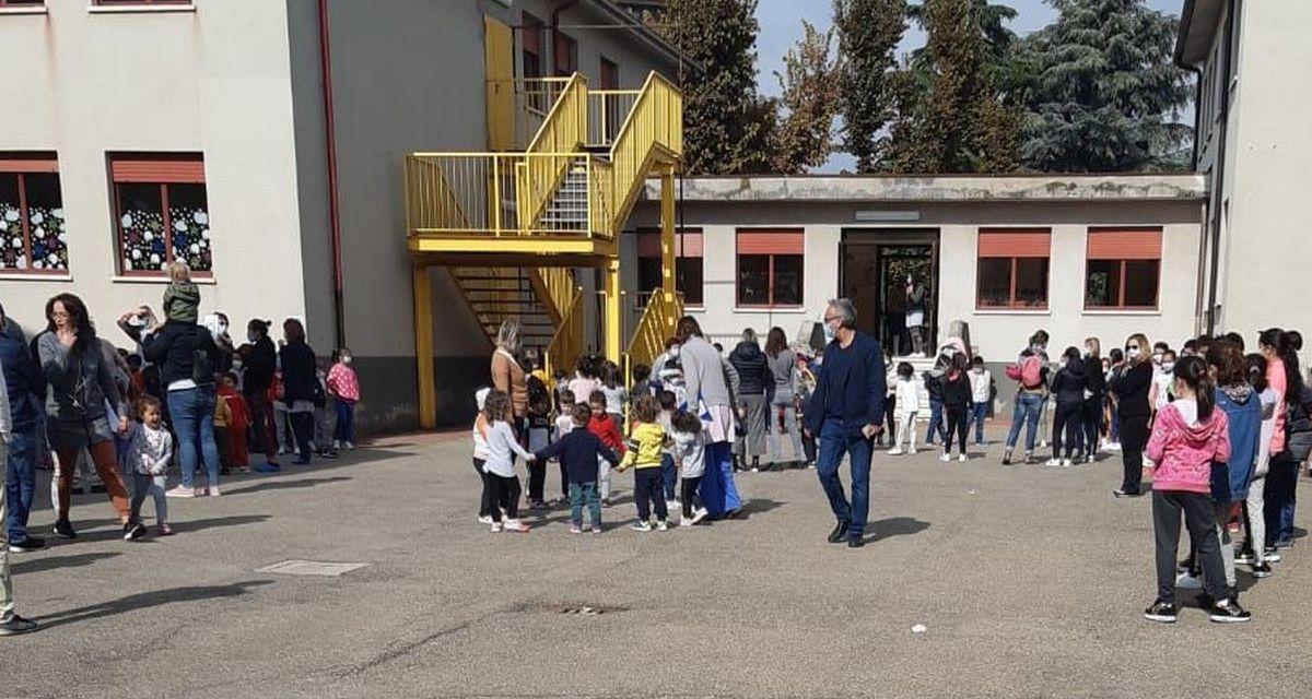 """Alla """"Rodari"""" di Tortona l'esercitazione antincendio coi bambini che imparano a comportarsi in emergenza"""