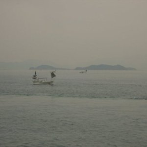 Bateau de pêche devant Oshima