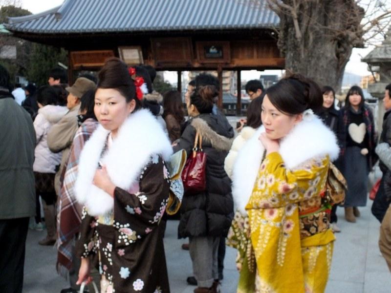 Jeunes femmes en kimono pour Hatsumode