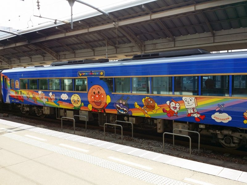 Train d'Anpanman en gare de Takamatsu