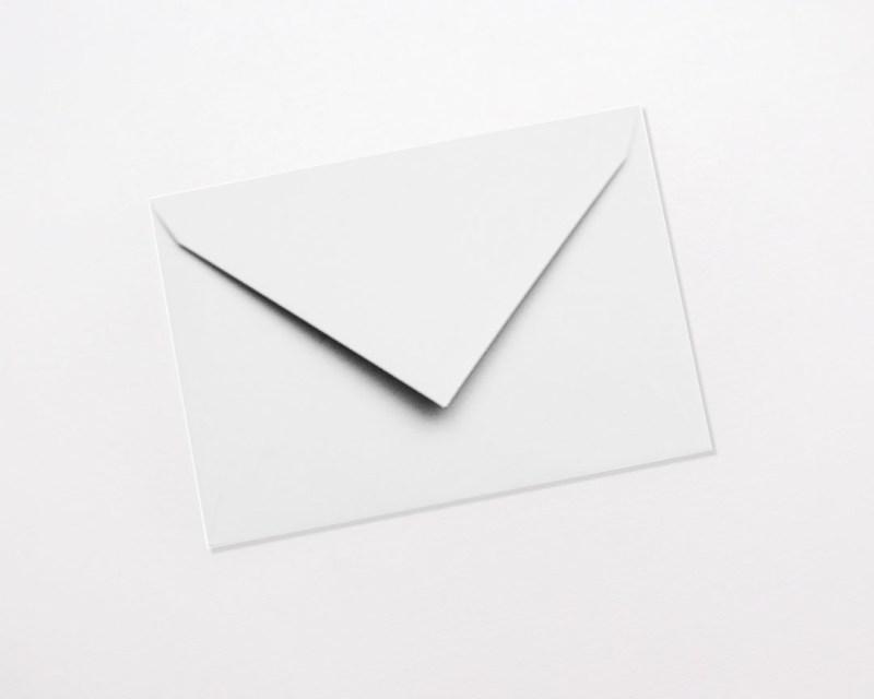 gekleurde enveloppen wit