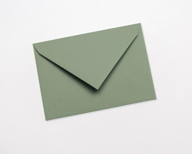 gekleurde enveloppen zachtgroen