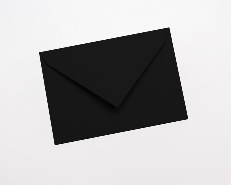 gekleurde enveloppen zwart