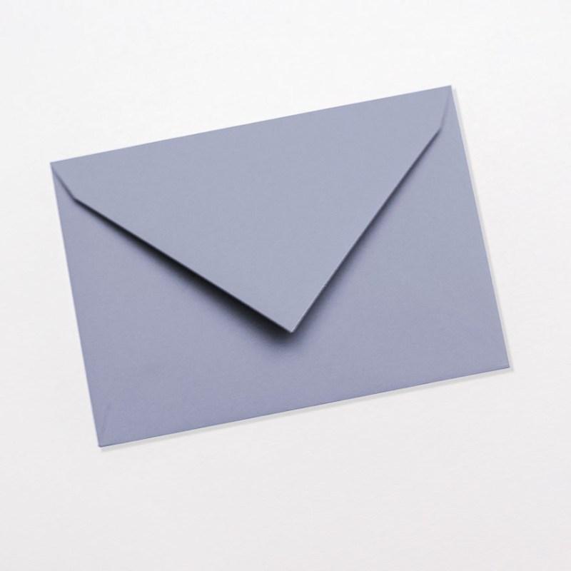 gekleurde enveloppen grijsblauw blauw babyblauw pastel