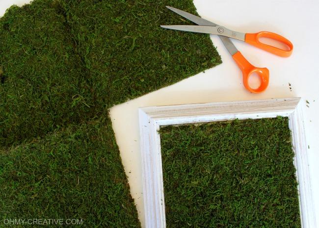 St. Patrick's Day Glitter Shamrock Moss Art | OHMY-CREATIVE.COM | St Patricks Day Crafts | Glitter | Moss Craft | Moss Frame | Shamrock | St Patrick's Day Crafts | St Patricks Day Decorations