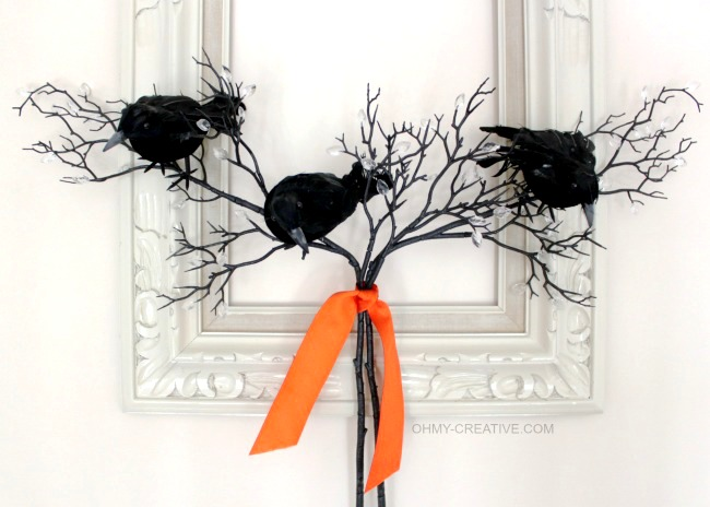 Create an easy Black Crow Frame Wreath using an old frame form the Goodwill. A few black crows and branches give this old frame new life for Halloween | OHMY-CREATIVE.COM