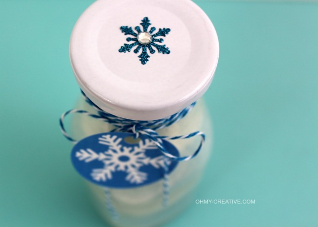 This Disney Inspired Frozen Sugar Scrub with FREE Snowflake Printable Tag is an easy to make gift idea or party favor!   OHMY-CREATIVE.COM