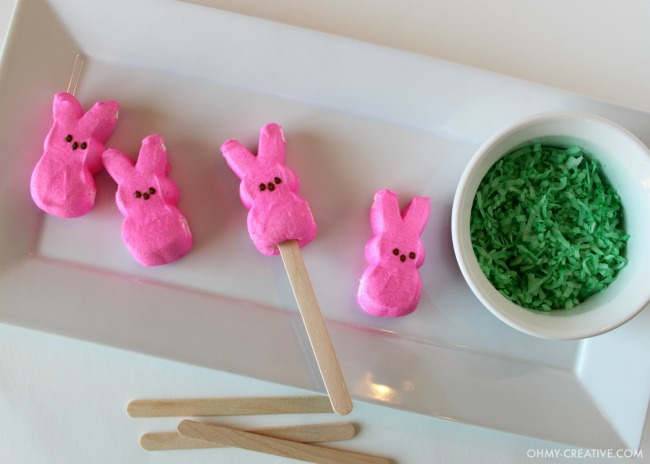 Easter Peeps Pudding Pops | OHMY-CREATIVE.COM