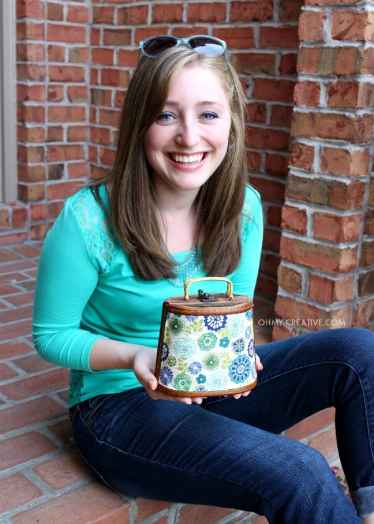 I love a trash to treasure project like this Goodwill Purse Makeover! It was easy to create this fun fashion accessory with a few extra dollars!   OHMY-CREATIVE.COM