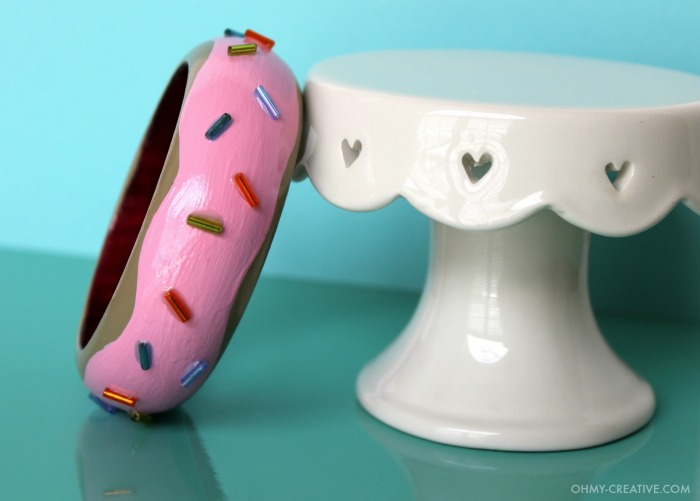 Fun DIY Donut Bracelet - dress it up or dress it down! A perfect whimsical accessory!   OHMY-CREATIVE.COM