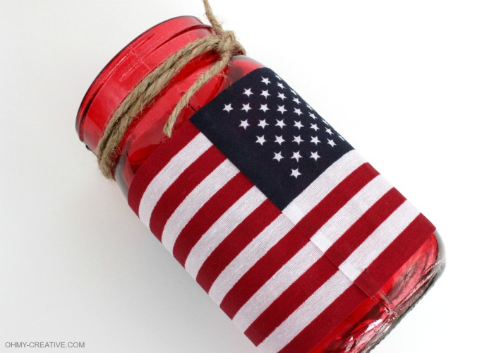 This Patriotic Flag Mason Jar Candle Holder Craft took me minutes to make. Great for a last minute patriotic party or picnic decoration and I love that it can also hold a bouquet of flowers…so many uses! | OHMY-CREATIVE.COM